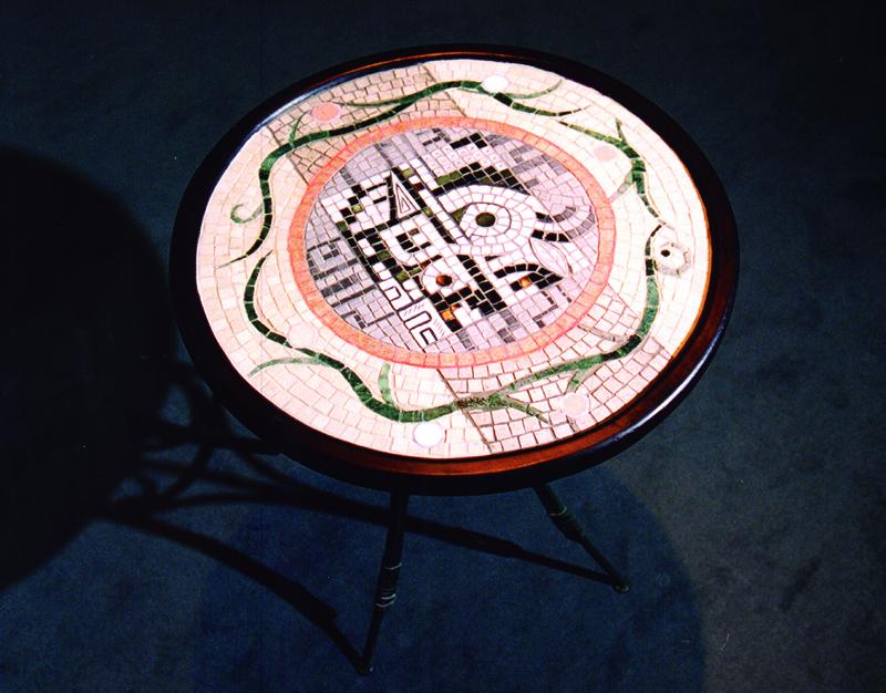 石モザイクのテーブル