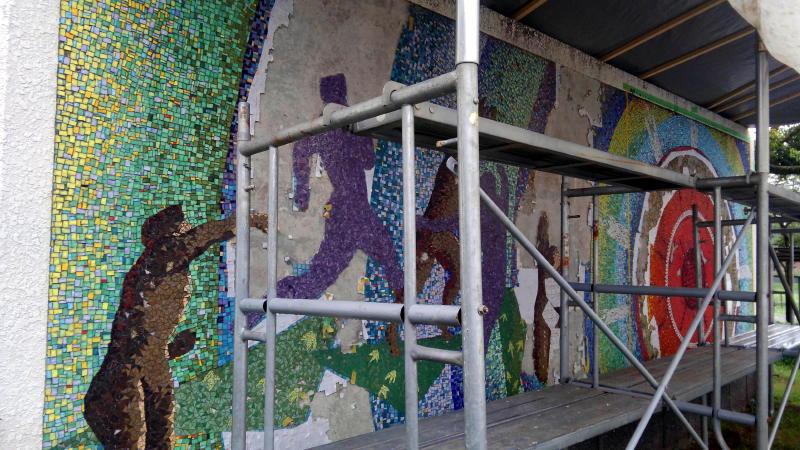 モザイク壁画の修復現場